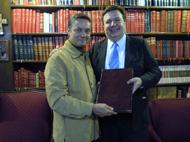 El Nuevo Presidente de Bibliófilos Taurinos de México, A.C., Licenciado Jorge Espinosa de los Monteros, y el Presidente saliente, Licenciado Eduardo Heftye Etienne