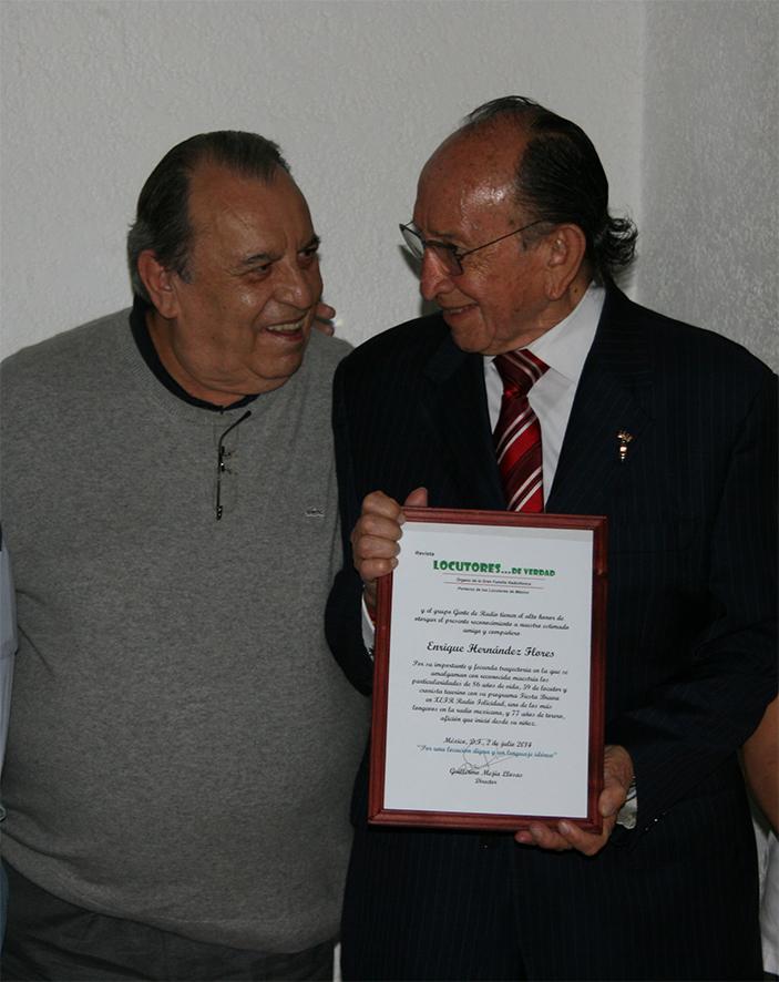 """El Grupo """"Gente de Radio"""" y """"Locutores … De Verdad"""", ofreció un homenaje y entregó un reconocimiento a Enrique Hernández Flores"""
